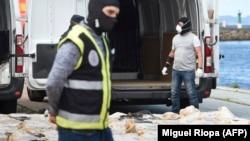 Более 4 тонн кокаина, обнаруженные полицией Испании на грузовом судне в порту города Виго. Апрель 2020 года
