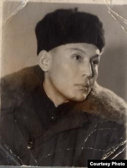 Абдырахман Алиев. 1950-жылдар. Оң жак ээгинде тырык байкалат. Үй-бүлөлүк архив.