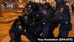 Полиция задерживает вышедшего на протесты в Москве, 2 февраля 2021 года
