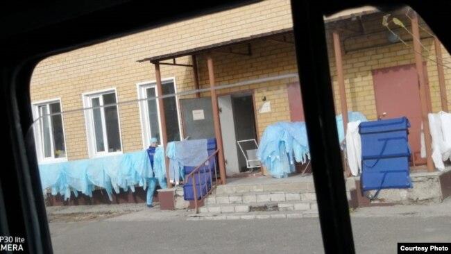 Сушка одноразовых медицинских халатов на станции скорой медицинской помощи в Семее. 2 ноября 2020 года. Фото снято Сауле Толеутайкызы.