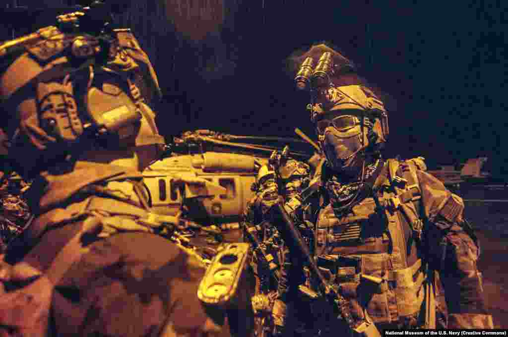 Морские котики США во время тренировки (фото из архива). Рано утром 2 мая 2011 года десятки коммандос морских котиков США были доставлены из авиабазы в Афганистане на территорию в Абботтабаде. Американцы летали на вертолетах с малозаметным покрытием и низко над местностью, чтобы не быть обнаруженными пакистанскими военными