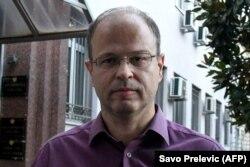 Jovo Martinovic montenegrói oknyomozó újságíró sokat foglalkozott a környékbeli szervezett bűnözésssel. A helyi ügyészek viszont őt vádolták meg kábítószercsempészettel, tavaly másfél év börtönre is ítélték, de ő a bizonyítékok hiányára hivatkozva fellebbezett.A kép egy podgoricai bíróság előtt készült 2020. október 8-án. A CPJ egyébként nem számolta bele a listájába