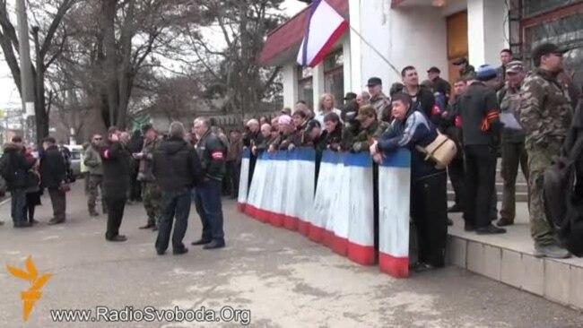 Вспоминаем, как это было: в Симферополе проросийские «дружинники» грубо вытеснили женщин с плакатами за мир