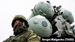 S-400 havadan müdafiə qurğusunu mühafizə edən Rusiya əsgəri