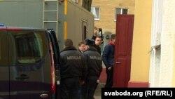 Анатоль Лябедзька і Аляксандар Арастовіч пад канвоем каля суду