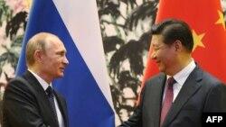 Президент России Владимир Путин (слева) и президент Китая Си Цзиньпин.