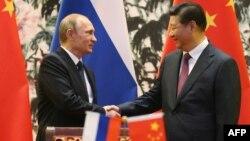 Қытай басшысы Си Цзиньпин (оң жақта) мен Ресей президенті Владимир Путин. Пекин, 9 қараша 2014 жыл.