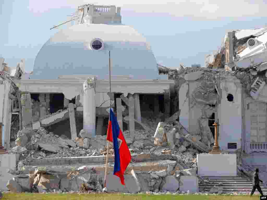 Nacionalna zastava na srušenoj predsjedničkoj rezidenciji je na pola koplja, 20.01.