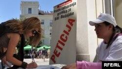 Potpisivanje peticije, Fotografije: Midhat Poturović