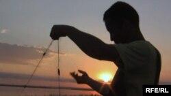 Житель села, расположенного на берегу Балхаша, ловит рыбу. Иллюстративное фото.