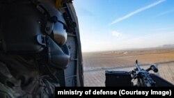Военнослужащий ВВС Афганистана во время воздушной операции.