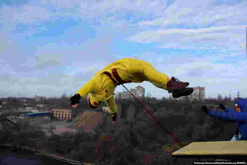 А запорізькі екстремали понад десяток років відзначають Новий рік стрибками з мосту біля Хортиці