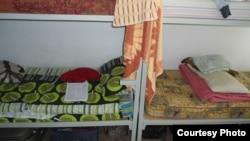Кровати в комнате студенческого общежития.