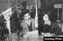 ایرج گرگین در حال اجرای یک برنامه رادیویی/ رادیو ایران؛ ۱۳۳۹