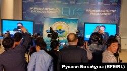Журналисты наблюдают за предвыборными дебатами по монитору. Астана, 16 марта 2016 года.