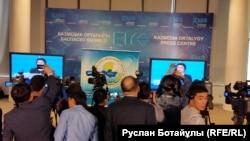 Парламент мәжілісі сайлауына түсіп жатқан саяси партиялардың сайлауалды дебатын бөлек бөлмеден көріп тұрған журналистер. Астана, 16 наурыз 2016 жыл.