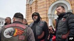 Члены российского байкер-клуба «Ночные волки» возле православного храма в Баня-Луке. 21 марта 2018 года
