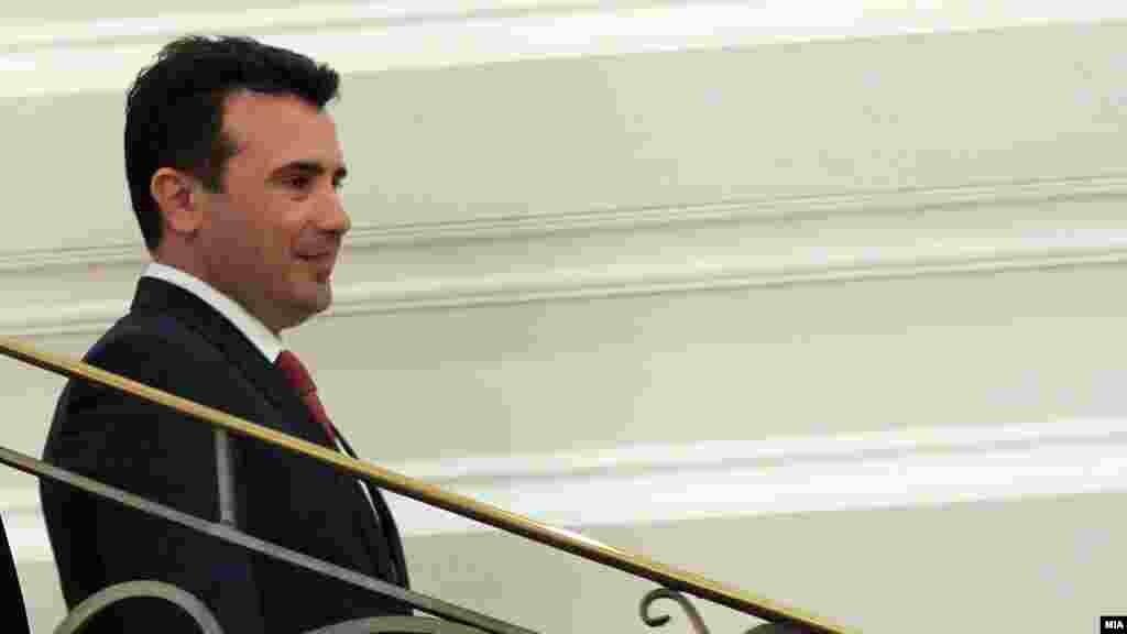 МАКЕДОНИЈА - Премиерот Зоран Заев изрази оптимизам дека ќе се најде решение за прашањето за името со кое ќе се сочува достоинството на двете страни, а ќе биде придобивка за двете земји. Тој истакна дека за суштината на разговорите, предлозите и рамката што е испорачана не би требало да се зборува јавно за да не се уништат шансите во преговорите.