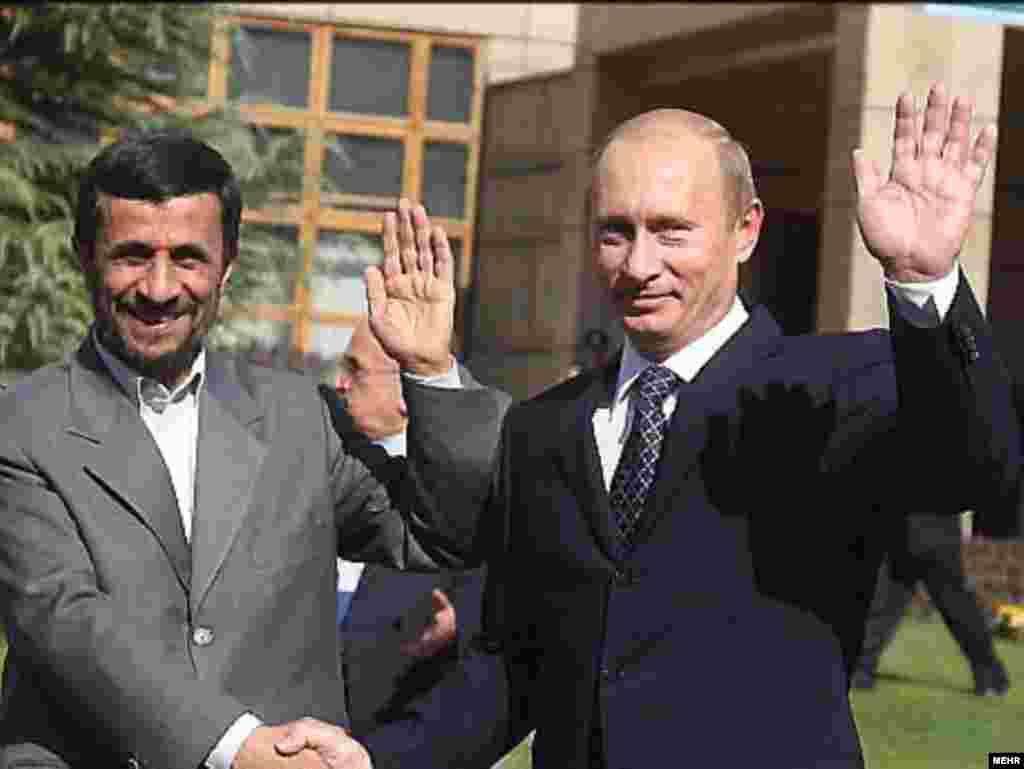 18.12.2008 - Rusi i Iranci ipak počeli pregovarati o prodaji S-300 - Rusija i Iran započeli su pregovore o prodaji sustava protuzračne obrane S-300, objavila je u četvrtak iranska novinska agencija, iako je u listopadu ove godine rusko ministarstvo vanjskih poslova čvrsto zanijekalo medijska nagađanja da Moskva prodaje te sustave Teheranu. Ukoliko se pregovori Rusije i Irana uspješno završe, Teheran bi S-300 mogao koristiti u borbi protiv eventualnih zračnih udara Izraela i Sjedinjenih Država na iranske nuklearne lokacije. S-300 je naziv za seriju ruskih dalekometnih protuzračnih raketa koje proizvodi Almaz Scientific Industrial Corporation. Sustav S-300 je razvijen kao obrana od zrakoplova i krstarećih projektila za sovjetsku protuzračnu obranu. Na fotografiji predsjednik Irana Mahmud Ahmadinejad i ruski premijer Vladimir Putin