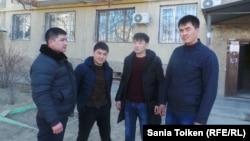 Уволившиеся сотрудники полиции (слева направо): Кали Айнаханов, Фархат Жармаганбетов, Берик Бейсекеш и Адильхан Толесбаев. Актау, 13 марта 2015 года.