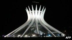 Katedrale në Brazilia, e dizajnuar nga arkitekti Oscar Niemeyer.