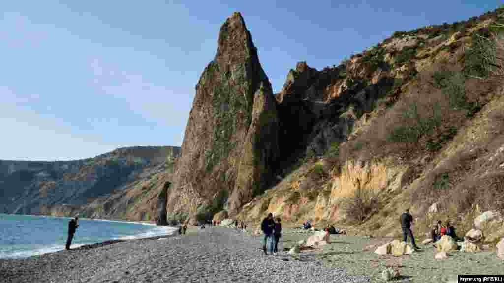 Яшмовый пляж получил свое название от названия встречающегося здесь в обилии поделочного камня