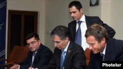 Armenia -- Minister of Economy Tigran Davtian (C) and a representative of the Argentine company Corporacion America sign an agreement on a free economic zone at Zvartnots airport, 14Jul2011