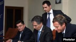 Armenia -- Minister of Economy Tigran Davtian (C) and a representative of the Argentine company Corporacion America sign an agreement on a free economic zone at Zvartnots airport, 14Jul2011