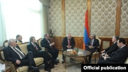 Մինսկի խմբի միջնորդները և ԵԱՀԿ-ի գործող նախագահի անձնական ներկայացուցիչը Հայաստանի նախագահ Սերժ Սարգսյանի հետ հանդիպման ժամանակ, Երևան, 5-ը նոյեմբերի, 2013թ.