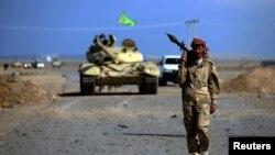نیروهای عراقی و شبهنظامیان وابسته به دولت (در تصویر یکی از شبهنطامیان شیعه) از اوایل ماه میلادی مارس، حملات زمینی خود به تکریت را آغاز کردهاند