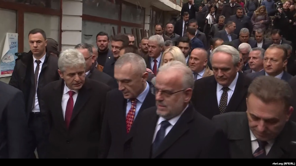 МАКЕДОНИЈА - Албанскиот претседател Илир Мета, во друштво на лидерот на ДУИ, Али Ахмети, и претседателот на Собранието, Талат Џафери, прошетаа низ Старата скопска чаршија, како дел од посетата на Мета на Македонија по повод Денот на албанската азбука.