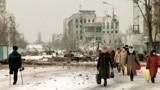 Жители Грозного на разрушенных улицах города в феврале 1996 года, через два с лишним года после начала войны в Чечне