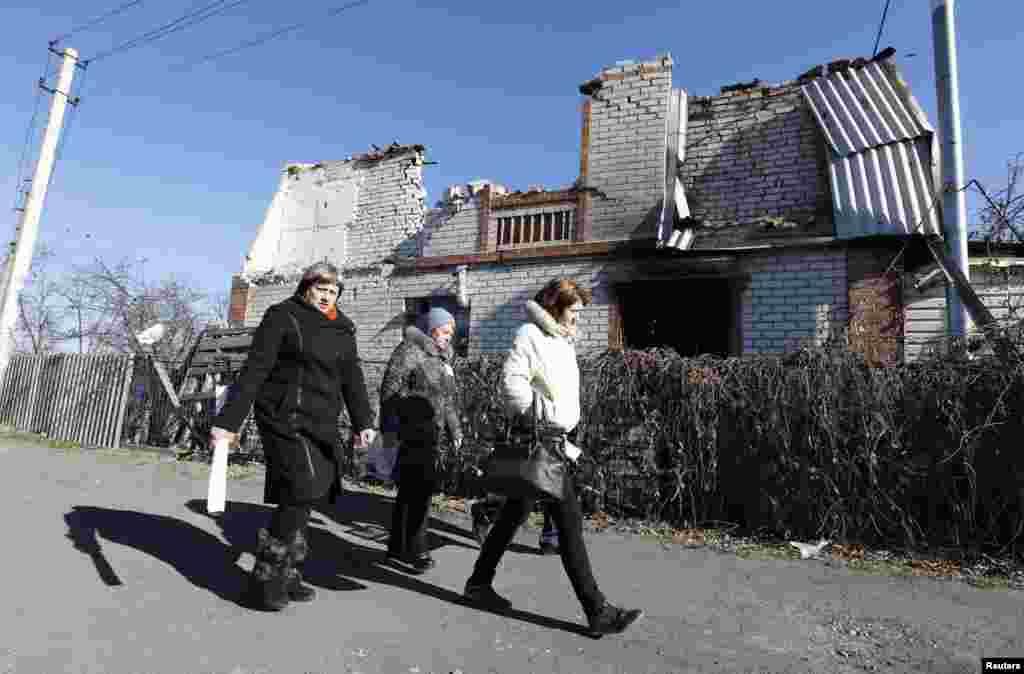 Члены избирательной комиссии в селе Семеновка под Славянском обходят избирателей на дому