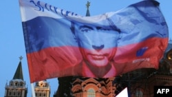 Изображение Владимира Путина на российском флаге. Иллюстративное фото.