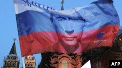 Ruska zastava sa likom Vladimira Putina ispred Kremlja
