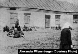 «Селяни-втікачі масово розбивають табори на вулицях і площах» (авторський підпис). Околиці Харкова. Фото Александра Вінербергера, ілюстрація із книги «Hart auf hart. 15 Jahre Ingenieur in Sowjetrußland. Ein Tatsachenbericht, Salzburg 1939»