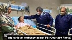 Афганский посол в Иране Абдул Гафур Левал посетил раненых в больнице в Язде. 6 июня 2020 года. Фото со страницы посольства Афганистана в Иране в Facebook