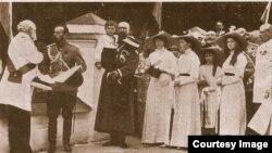 Цесаревич Алексей (в центре. на руках) в день празднования 300-летия династии Романовых