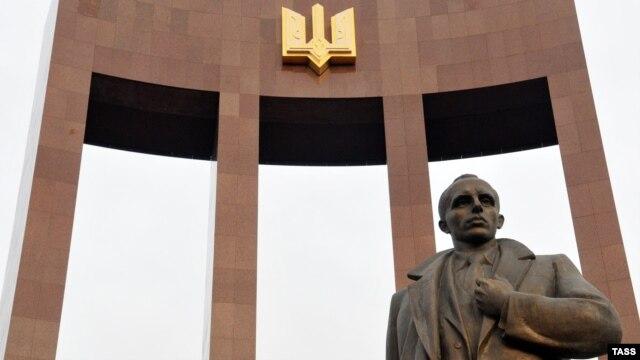 Пам'ятник провіднику ОУН Степану Бандері у Львові