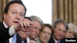 Дэвид Кэмерон (слева) проводит первое заседание кабинета министров