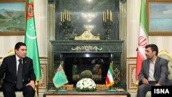 თურქმენეთისა და ირანის პრეზიდენტები გურბანგული ბერდიმუხამედოვი (მარცხნივ) და მაჰმუდ აჰმადინეჟადი 5 იანვარს, აშხაბადში გამართული შეხვედრისას