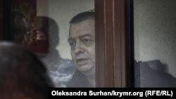 Cemil Gafarov Aqmescitteki mahkeme oturışuvında, 2020 senesi devral ayı