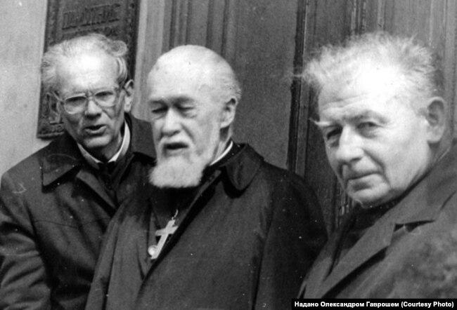 Єпископ Іван Маргітич (праворуч) з кардиналом Мирославом Любачівським (посередині), кінець 1980-х років. Боротьба за легалізацію греко-католицької церкви в СРСР