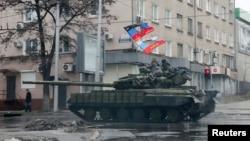 Донецк. Орусиячыл жикчилер айдап бараткан танк. 1-февраль, 2015-жыл.