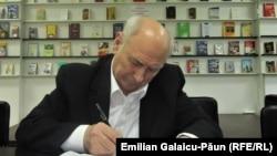 Eugen Lungu dând autografe