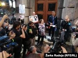 """""""Hoćemo da znamo ko su fantomi koji su bacili letke u N1"""", poručila Tamara Spaić (desno)"""