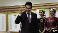 Președintele turkmen Gurbanguli Berdimuhamedov votînd la Ashgabad