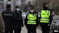 Илустрација - Полиција контролира дали се почитува мерката за носење заштитни маски за лице, Скопје декември 2020