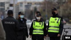 Полиција контролира дали се почитува мерката за носење заштитни маски за лице, Скопје