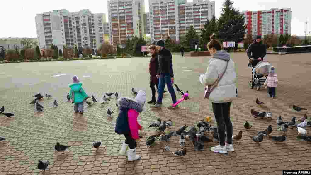 Территория мемориала, по сути, превращена в большой парк, где любят гулять горожане с детьми